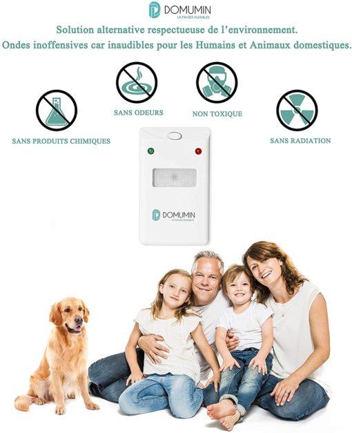 Une famille et un animal de compagnie qui ne sont pas gênés par l'appareil à ultrason Domumin